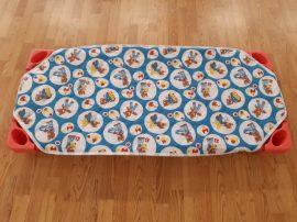 Gyerekmintás steppelt lepedő fektetőágyra (kék-piros macis)
